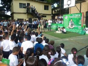 Muchos niños han recibido a Carlos en sus escuelas par aprender a cuidar mejor a sus mascotas.