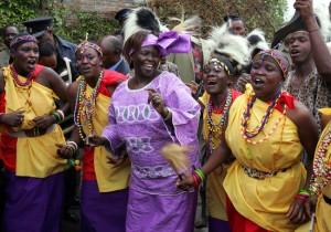 Radu Sigheti/Reuters   Wangari Maathai, center, en Nairobi 2004.
