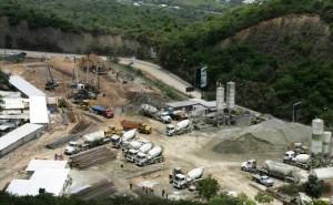 Decenas de camiones se llenan a diario en la planta de concreto instalada por la Oficina Presidencial de Planes y Proyectos Especiales en Santa Mónica Foto Oswer Diaz, cortesia El Universal