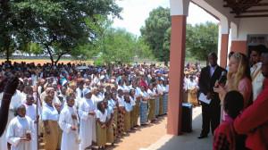 La comunidad en pleno apoyando a su escuela