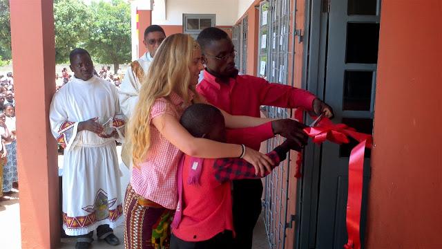 Irene Greaves ve su sueño culminado al cortar la cinta para inaugurar su escuela en Mozambique, racias a Kukula Project