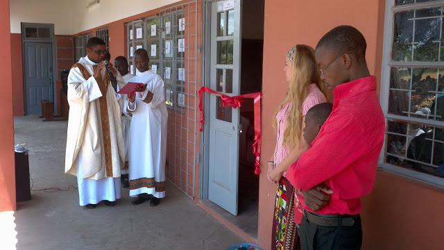 El Padre Langa bendiciendo la escuela