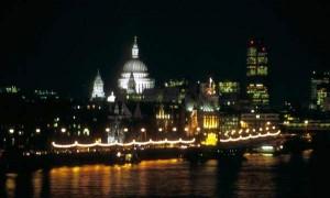 Londres de noche, cortesía de Freefoto.com
