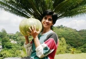 Marisela Valero y una auyama cultivada en Planeta Vital, foto Nidia Hernández