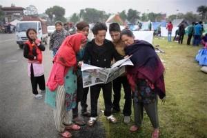 Ciudadanos de Nepal afectados por el reciente terremoto recurren a los medios para informarse
