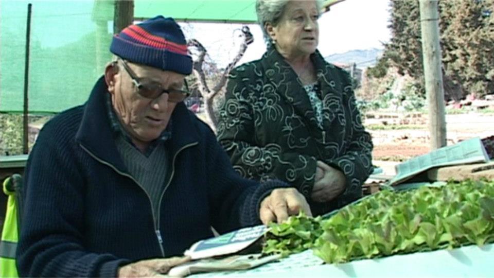 Marcelino y una vecina en su huerto, cortesía de Scriptura Films