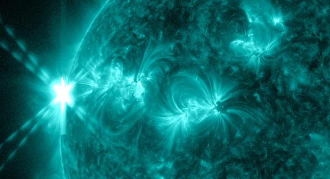 El 13 de mayo de 2013, una llamarada de clase X2.8 estalló contra el sol - la llamarada más fuerte de 2013 a la fecha. La imagen de la antorcha, que se muestra en la esquina superior izquierda, fue capturado por Observatorio de Dinámica Solar de la NASA a la luz de 131 angstroms, una longitud de onda que es particularmente buena para capturar el calor intenso de una erupción solar y que por lo general está coloreada en verde azulado. Crédito : NASA / SDO > Imagen ampliada