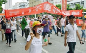 Según los medios chinos, los manifestantes se reunieron en el centro de Jiangmen por la mañana, cerca de los edificios gubernamentales de la ciudad que, al parecer, esperaban la protesta y estaban rodeados de cordones policiales.