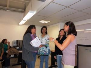 Alexandra Machado recibiendo su certificado del Taller Herramientas Digitales Tu Voz es Noticia