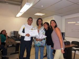Robert Rodríguez recibe su certificado del Taller Herramientas Digitales Tu Voz es Noticia