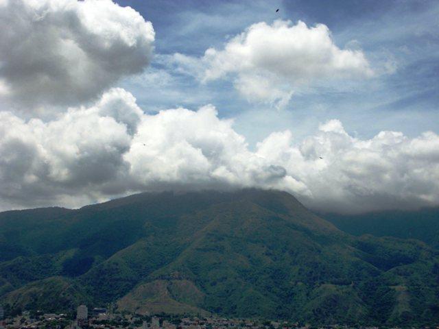 El cielo caraqueño con su bello Cerro Avila, Waraira Repano. Foto Marisela Valero