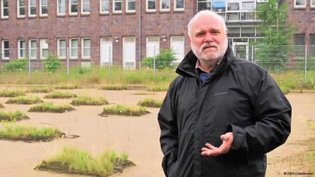 El biólogo Hartmut Koehler en el campo experimental del UFT de la Universidad de Bremen.