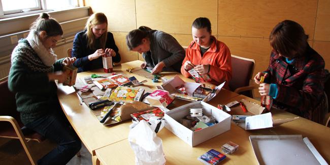 Muchos voluntarios internacionales aprenden técnicas de reciclado y otros aspectos en talleres. . Cortesia de http://www.dorigislason.com/bio-solheimar-in-iceland/