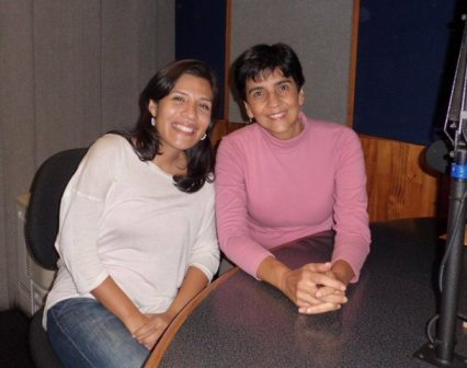 La periodista Ligia carolina Villamediana con Marisela Valero en el estudio de Unión Radio