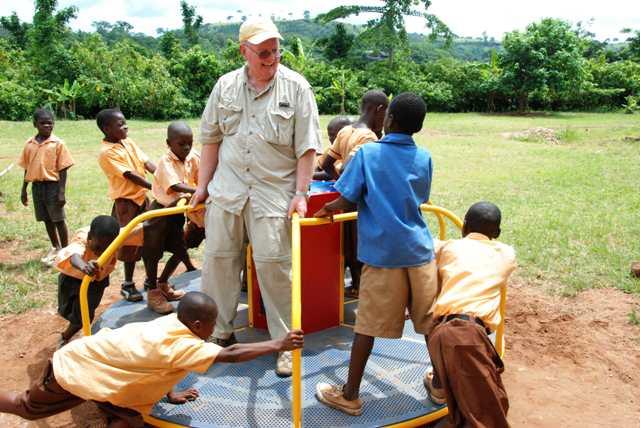 Ben Markham jugando con los niños a hacer electricidad. Foto Empowered Playgrounds Inc. (EPI)