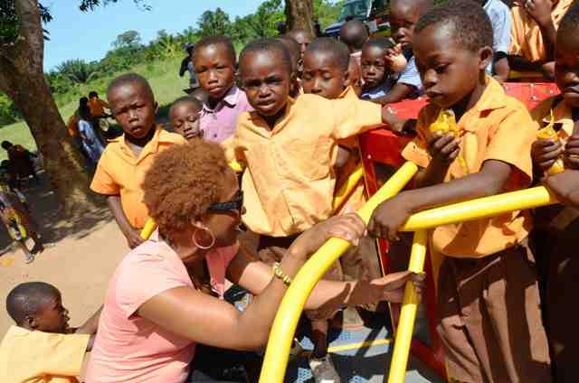 Los maestros y personal de la escuela colaboran para el montaje y buen uso de los aparatos. Foto Empowered Playgrounds Inc. (EPI),