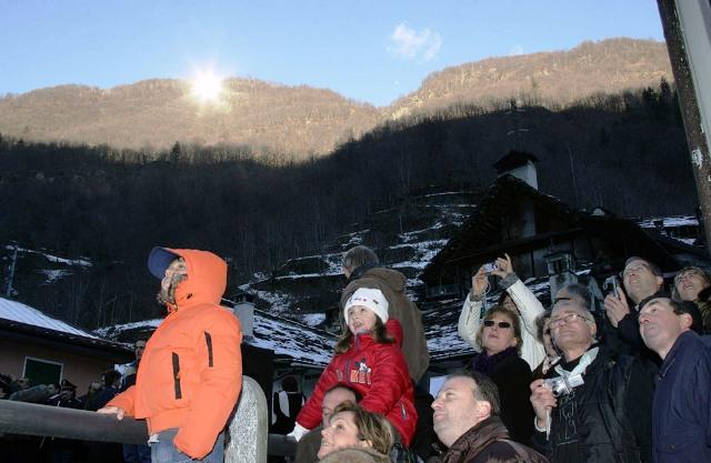 Viganella, Italia muestra a los turistas su atracción luminosa
