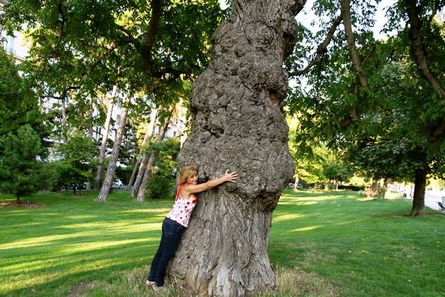 Maria Eugenia Pinaud abrazando un enorme árbol