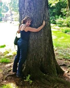 María Eugenia no se cansa de abrazar árboles