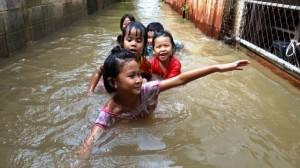 Tailandia y muchos paises asiáticos padecen el cambio climático extremo al que se somete el planeta, los niños ríen inocentes...pero ¿qué hacemos los adultos?