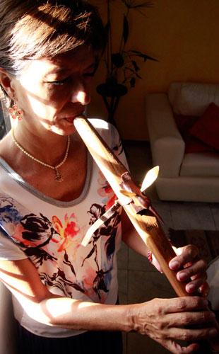 Belkys Hauayek, tocando su Flauta de Amor. Foto Tanya Millan
