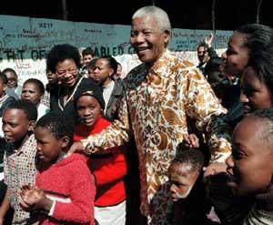 Mandela sonriente siempre rodeado de niños