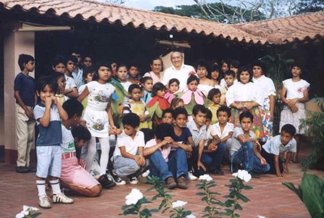 Lutecia en Hato Viejo rodeada de Niños y con el Tío Simón Díaz. Foto http://www.vozdeloscreadores.gob.ve