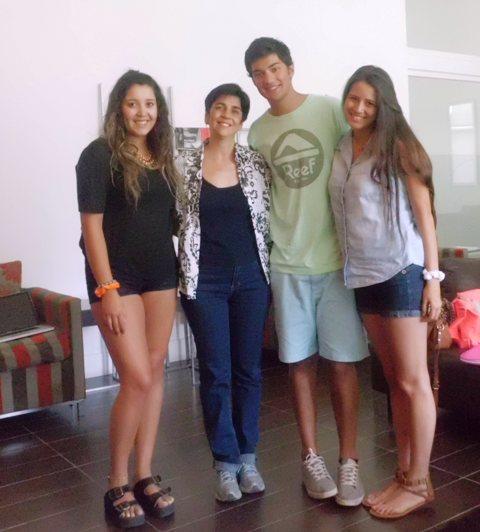 Marisela Valero con los estudiantes chilenos y su emprendimiento Qué Chévere