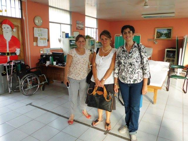 Con la Gerente de Integración María Irene Castillo, la periodista Marta Silva y Marisela Valero en la Sala de Kinesiología de la Villa de Ancianos del Padre Hurtado