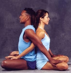 El yoga en pareja no solo mejora la condición física, sino la relación