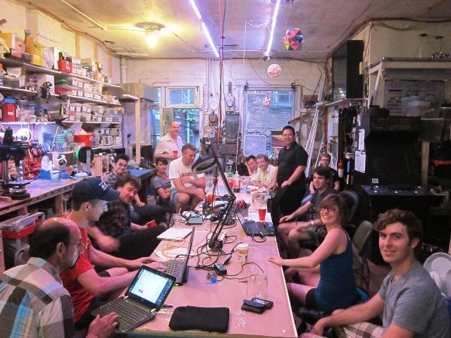 The Vancouver Bio  Biohacking. Trabajando reunidos para investigar sobre electroencefalogrfía EEG   and BCI (Brain-computer Interfaces). Foto:  Vancouver.hackspace.ca