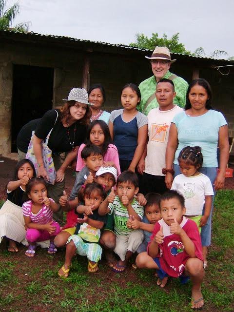 Katiushka Borges y su esposo Geoff Brinsden en una comunidad indígena de Venezuela, aprendiendo y compartiendo