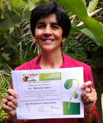 Marisela Valero feliz con su reconocimiento otorado por la FAI como Ambientalista