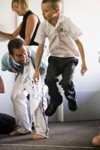 Los niños interactuan con los actores