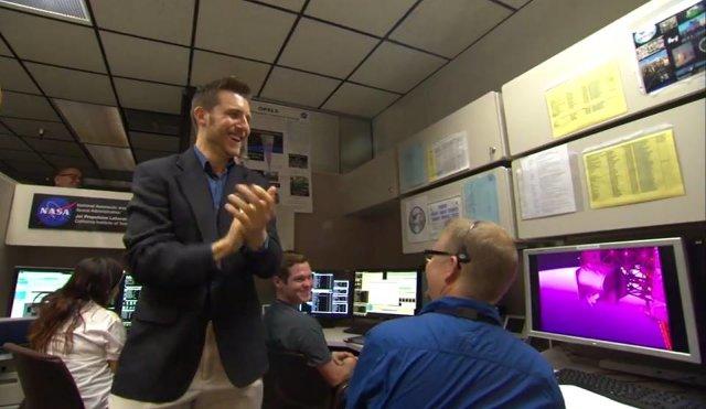 Matt Abrahamson y su equipo de la NASA celebrando el éxito de su transmisión