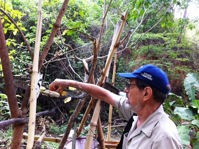 Luis Eduardo Levín ocupándose de alimentar las ardillas. Foto Marisela Valero