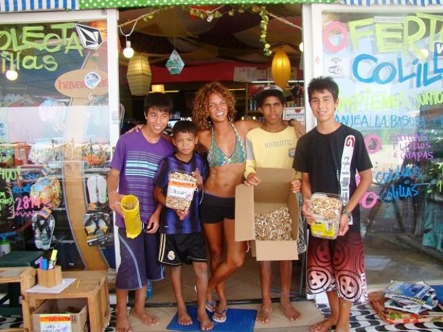 """Adriana Ayala, de Kinkaya en Playa El Yaque, con sus """"recolectores"""" de colillas. Foto cortesía de Rutas"""