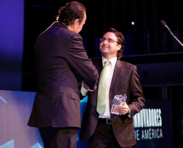 Sebastian recibiendo el premio Innovadores de America 2014. Foto cortesía de Verdeate