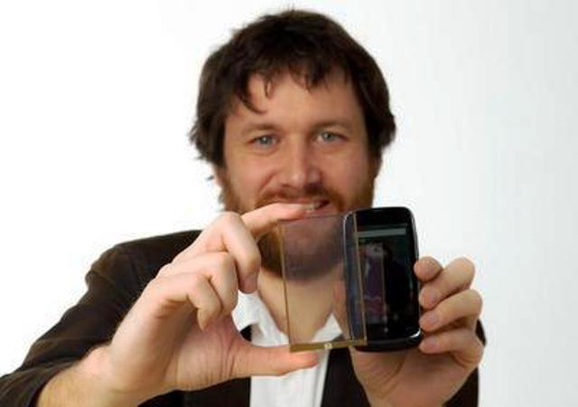 Cargador de celular con celula fotovoltaica transparente