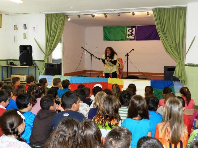 Fanny Fuguet contando, jugando y cantando