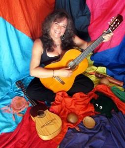Fanny con su guitarra, su cuatro y muchos instrumentos para hacer música de colores
