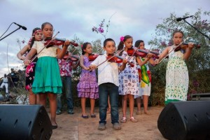 Los niños reciben sus clases de música gratuitas