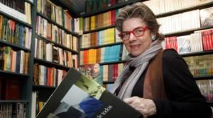 María Elena con su libro. FOTO WILLIAMS MARRERO