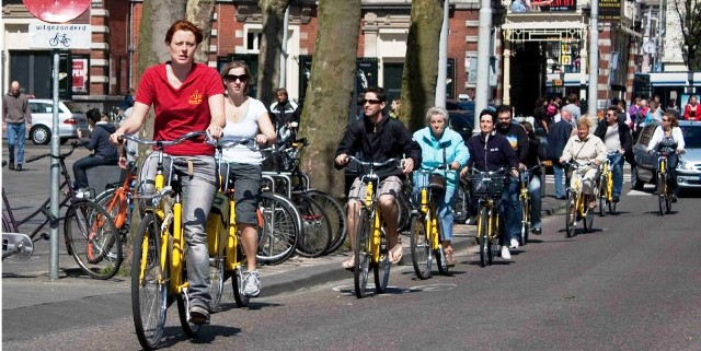 Ciclistas de todas las edades, nivel económico o género plenan las calles de Amsterdam