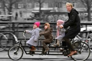 Familia que pedalea unida permanece unida dicen en Amsterdam