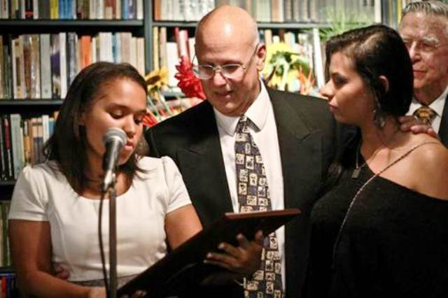 La foto corresponde al homenaje que AVAA le hizo al Sr. Estrada durante el bautizo del libro Plata y Azabache. Luz Ynfante, Hugo Estrada y Génesis Maynard (Voceras del comité de becarios AVAA).