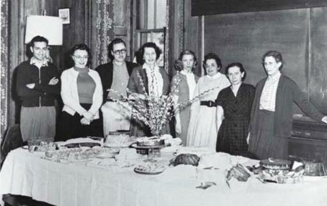 Ruth Simon (tercero por la derecha) en la fiesta de despedida de Inge Lehmann (a la derecha). Foto tomada en el Lamont Salón circa 1954. Reproducido por cortesía de Lamont-Doherty