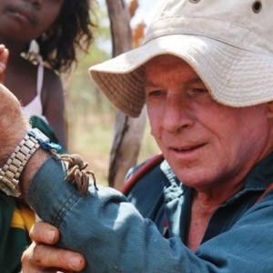 Doctor Robert Raven observando la tarátula
