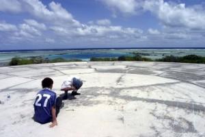 Los niños juegan desprevenidos sobre la isla de la muerte. Foto: edukavital.blogspot.com