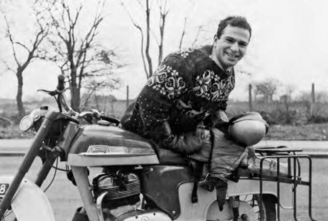 Oliver Sacks, médico joven con su moto